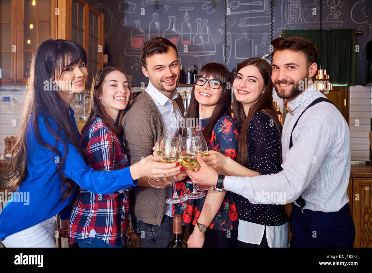 Porträt einer Gruppe von Freunden mit Brille bei Treffen im restau Stockbild