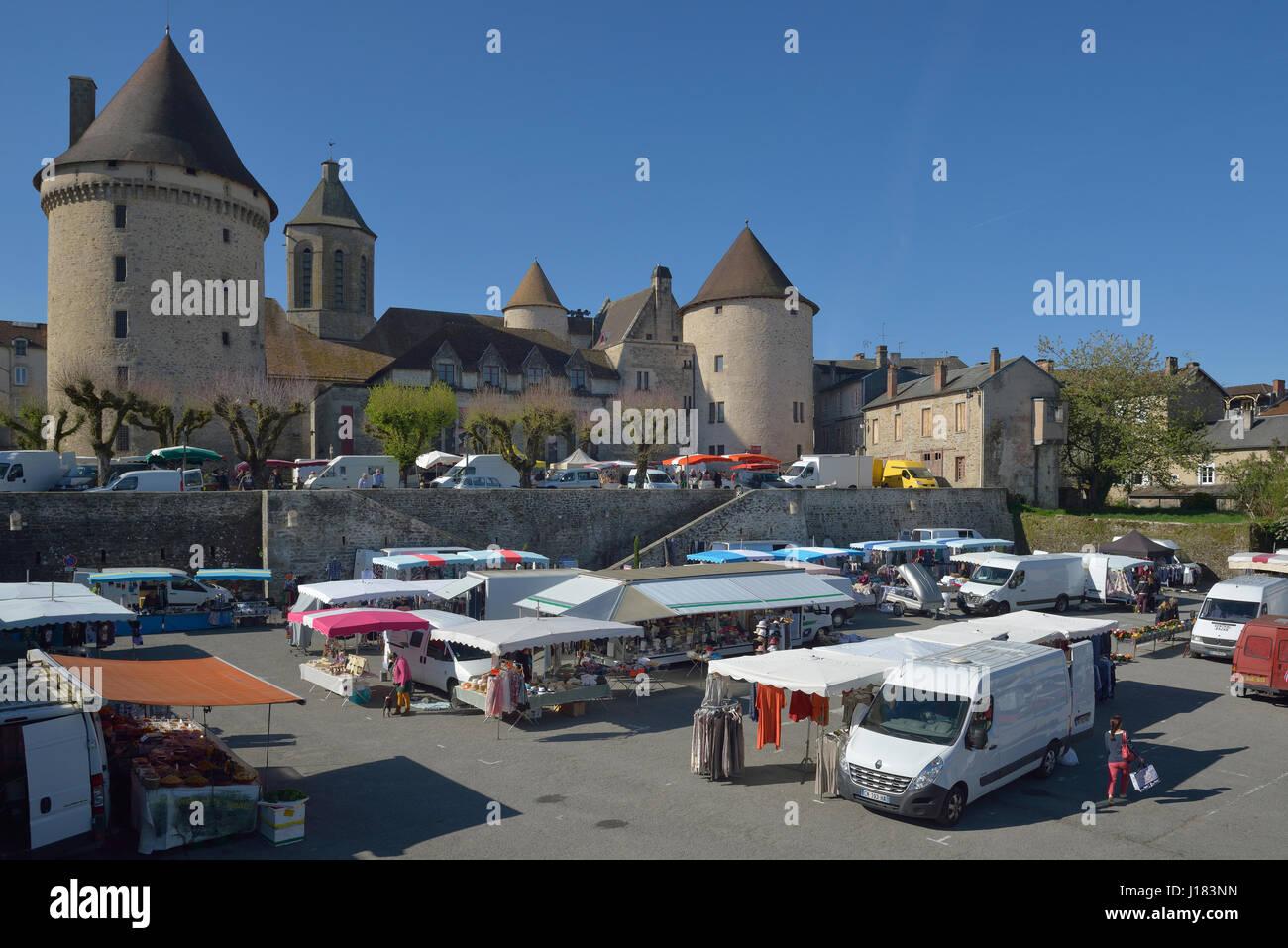 Markttag am Bourganeuf im Département Creuse in der Region von Nouvelle-Aquitaine in Zentralfrankreich. Stockbild
