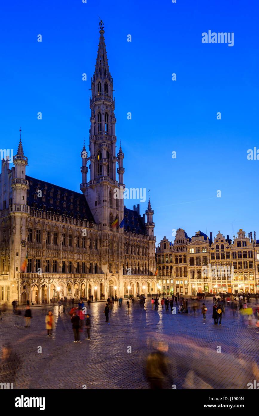 Nachtansicht des Grand Place mit Hotel de Ville (Rathaus) Gebäude, Brüssel, Belgien Stockbild