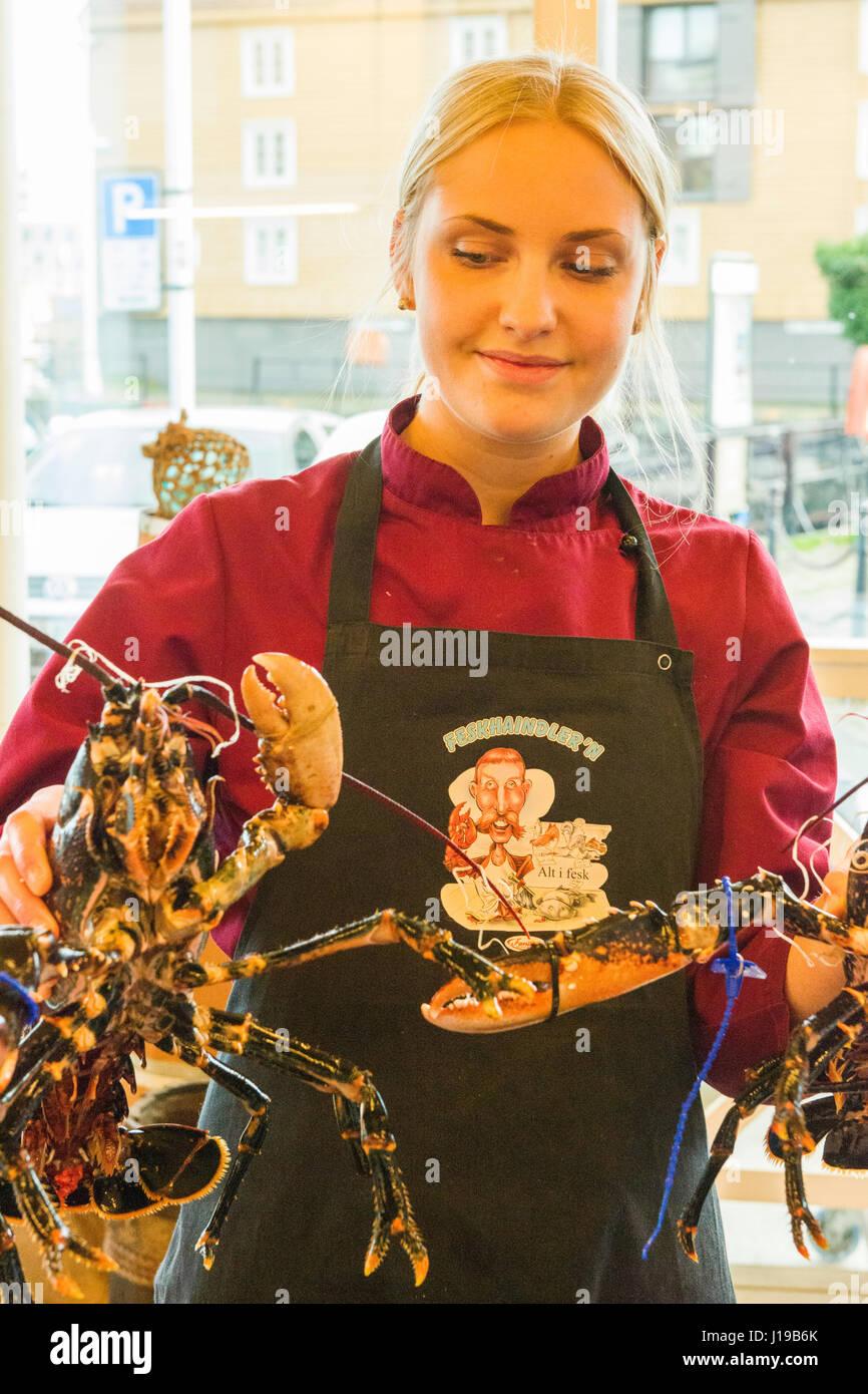 Ein Assistent Hält 2 Hummer In Ravnkloa Fischmarkt Trondheim