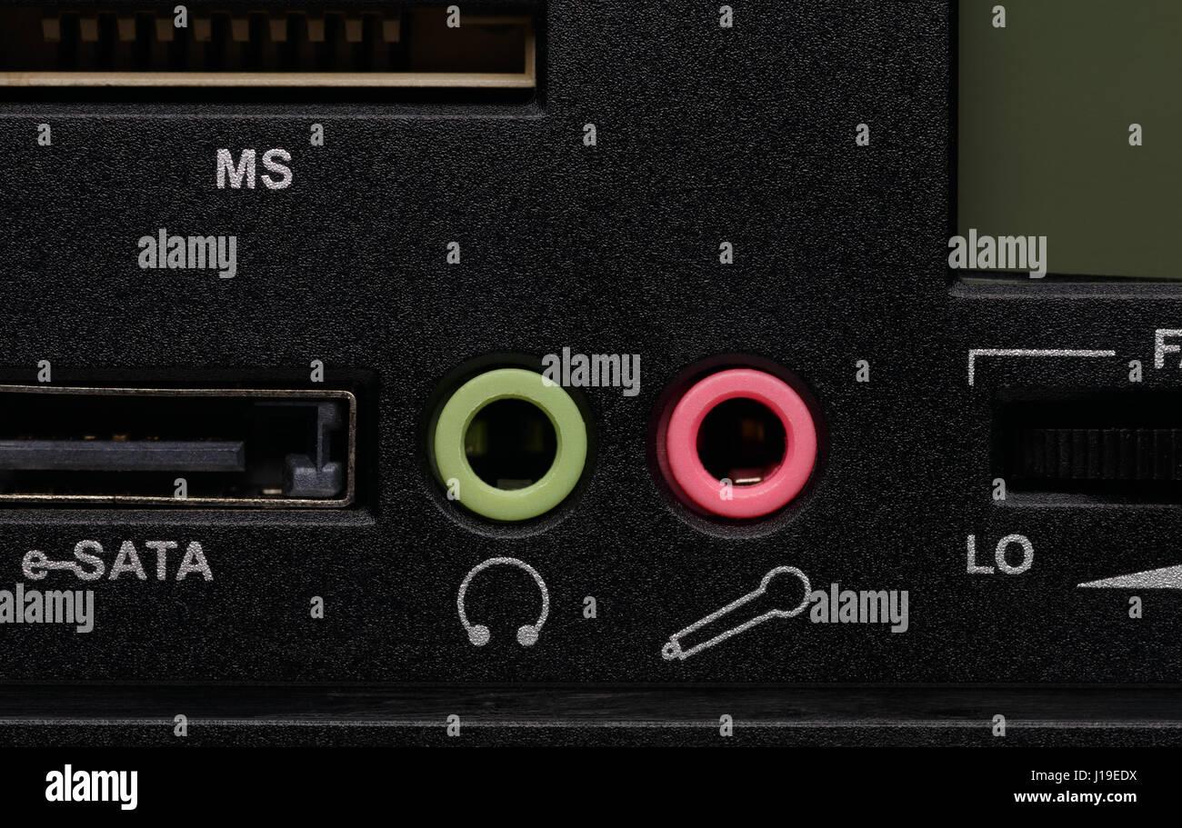 Audio-Kopfhörer-Ausgang-Buchse und audio-Mikrofon-Eingangsbuchse auf die black-Panel, Nahaufnahme Schuss. Stockbild