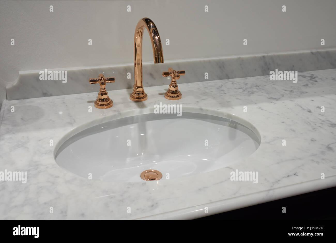 Weiße Einschub Keramik Waschbecken in Marmor-Tisch und Kupfer Metall ...