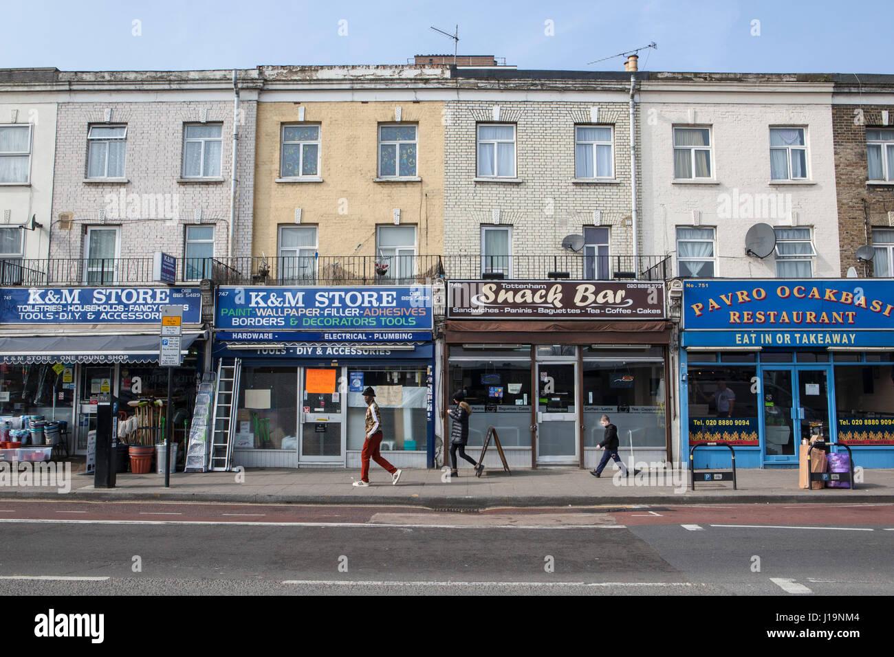 Geschäfte in Tottenham High Street. Bereich Nord-London ist stark im ...