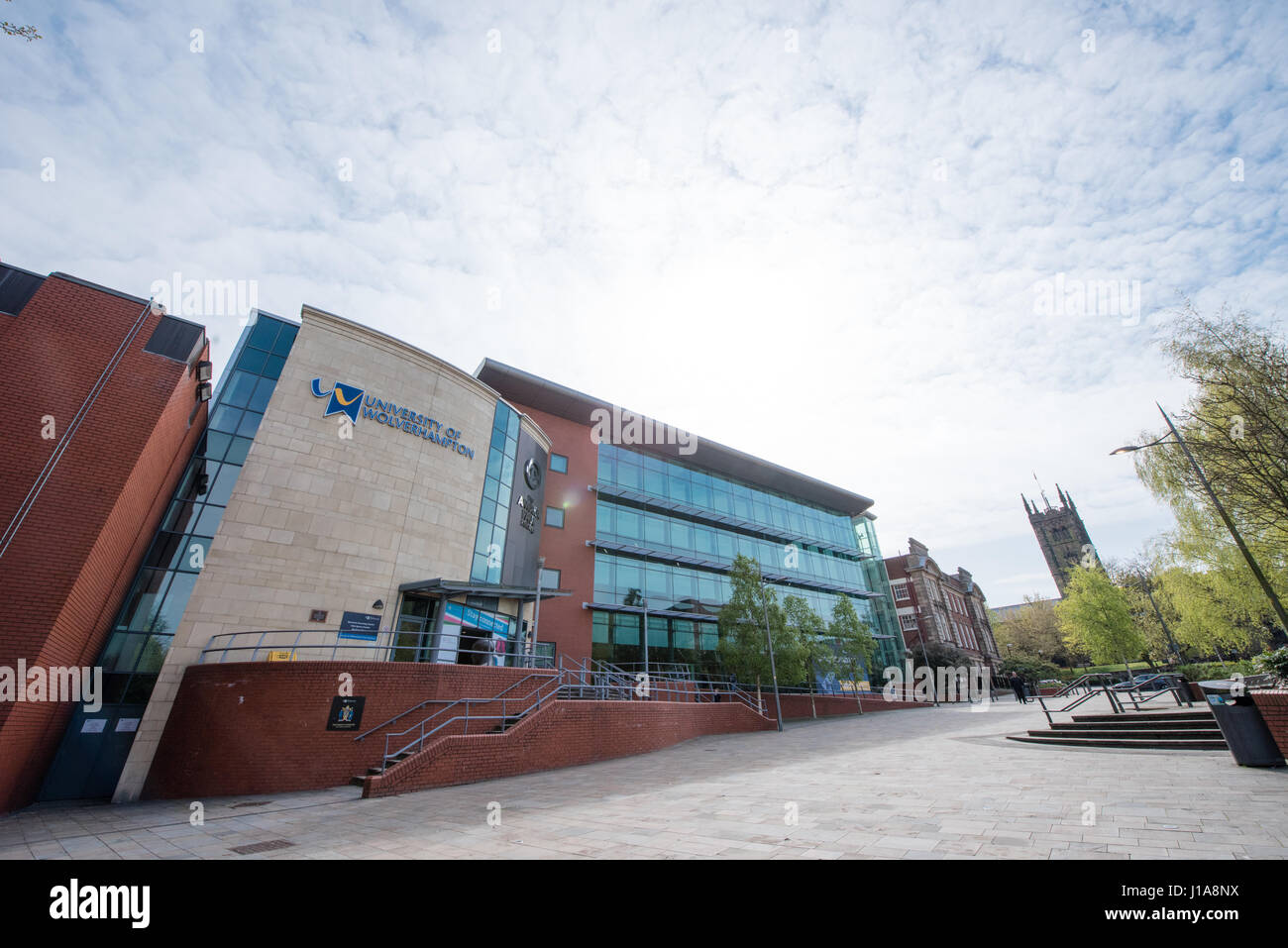 Weitwinkel-Ansicht der Bibliothek der University of Wolverhampton mit Stiftskirche St. Peter im Hintergrund an einem Stockbild