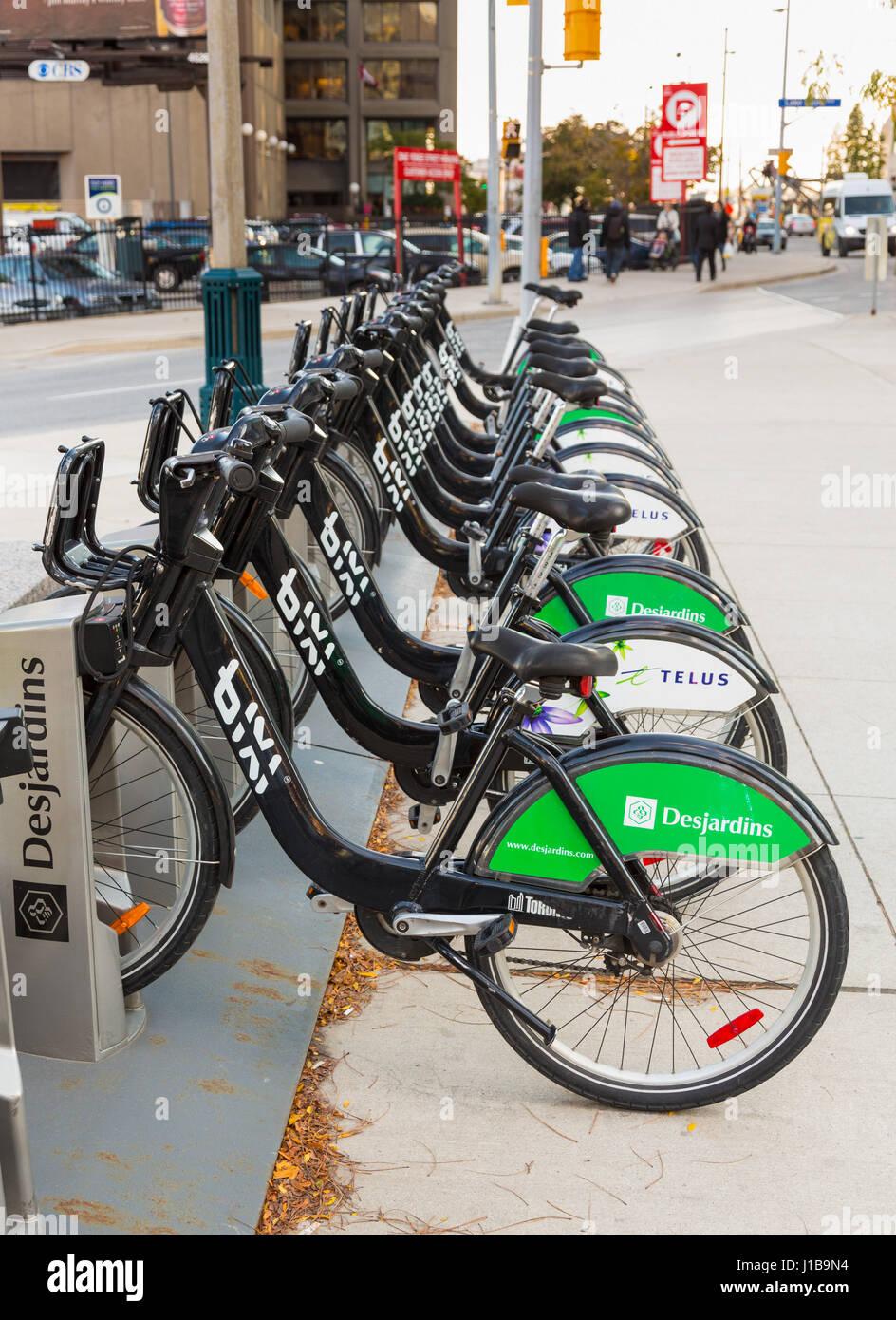 Reihe von Bike teilen Fahrradverleih Fahrräder von Desjardins und Telus auf den Straßen von Toronto in Ontario, Stockfoto