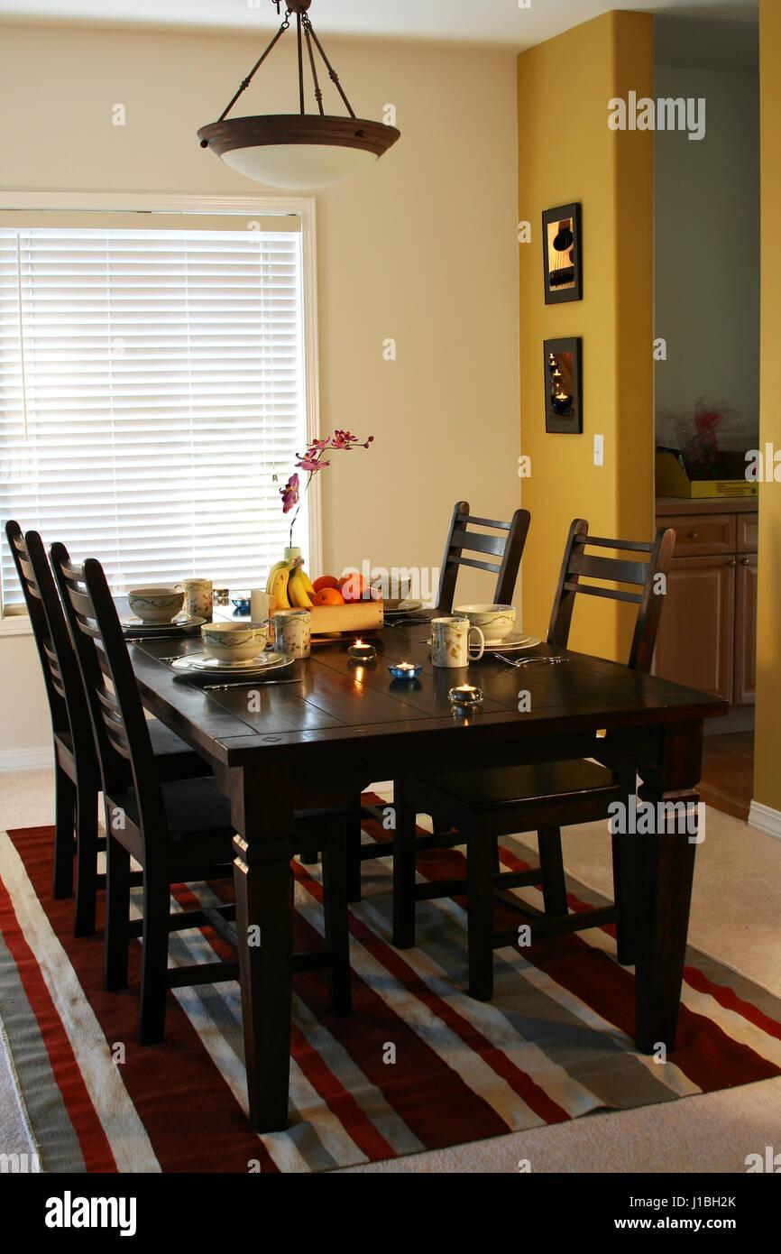 Esstisch Und Platten Auf Einem Esstisch Hinweis Bilder An Der Wand