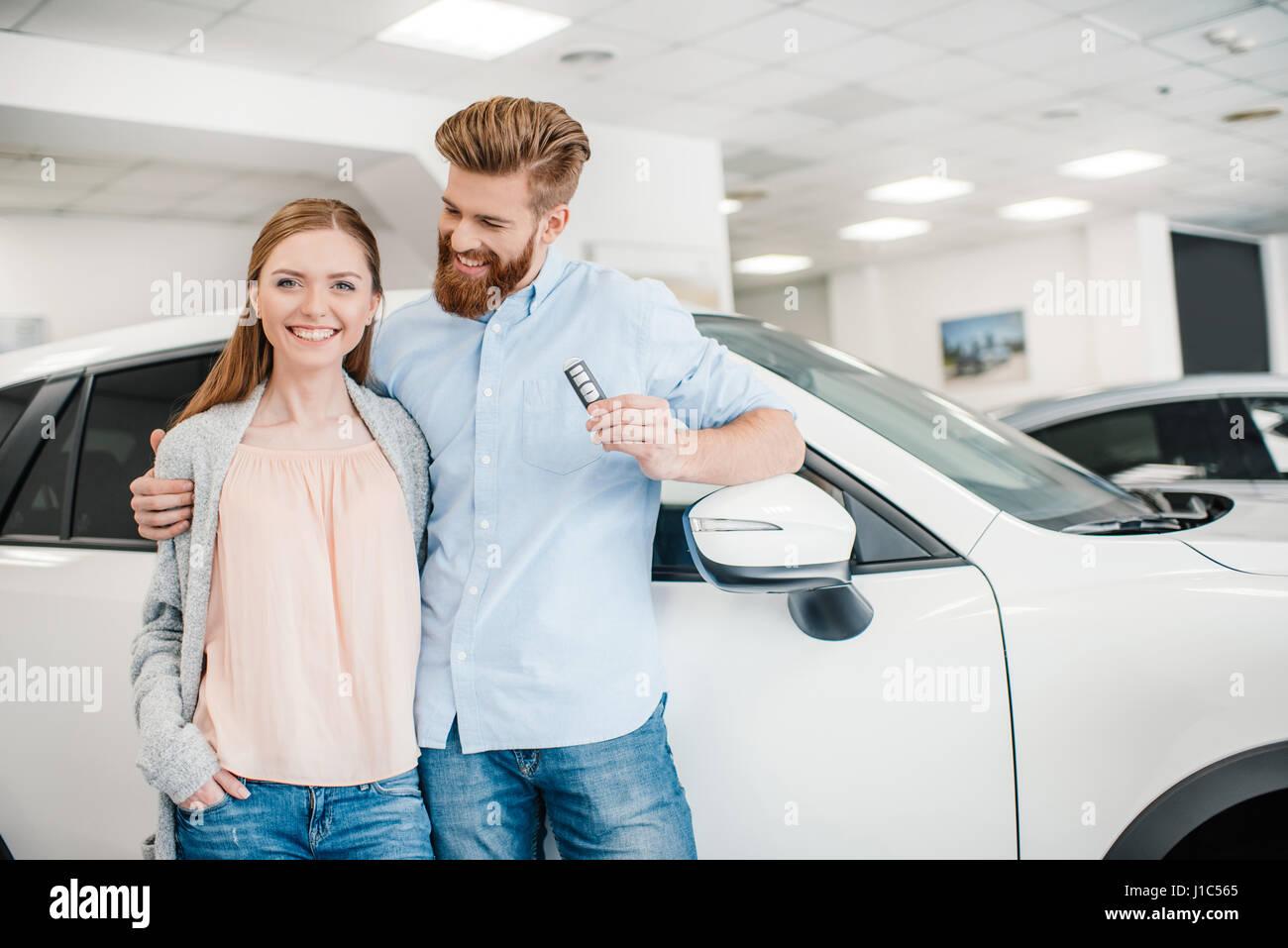 Gluckliches Paar Auto Taste Gedruckt Halten Und Am Auto Im Autohaus