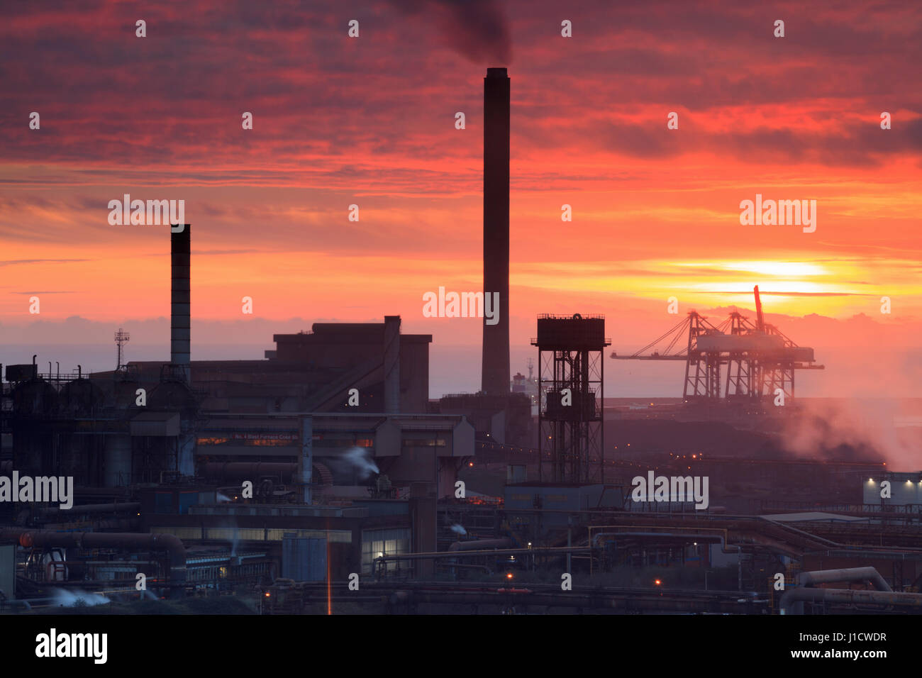 Sonnenuntergang über Port Talbot Stahlwerken, South Wales, Wales, Vereinigtes Königreich Stockfoto