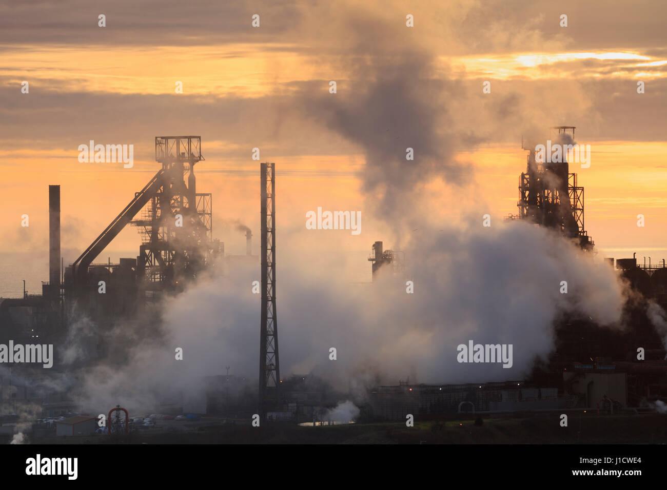Sonnenuntergang am Port Talbot Stahlwerken, South Wales, Wales, Vereinigtes Königreich Stockfoto