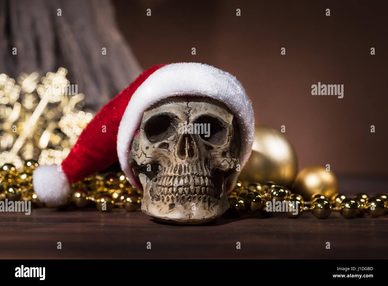 Stillleben mit Santa Claus Schädel mit gold Weihnachtskugeln und ...