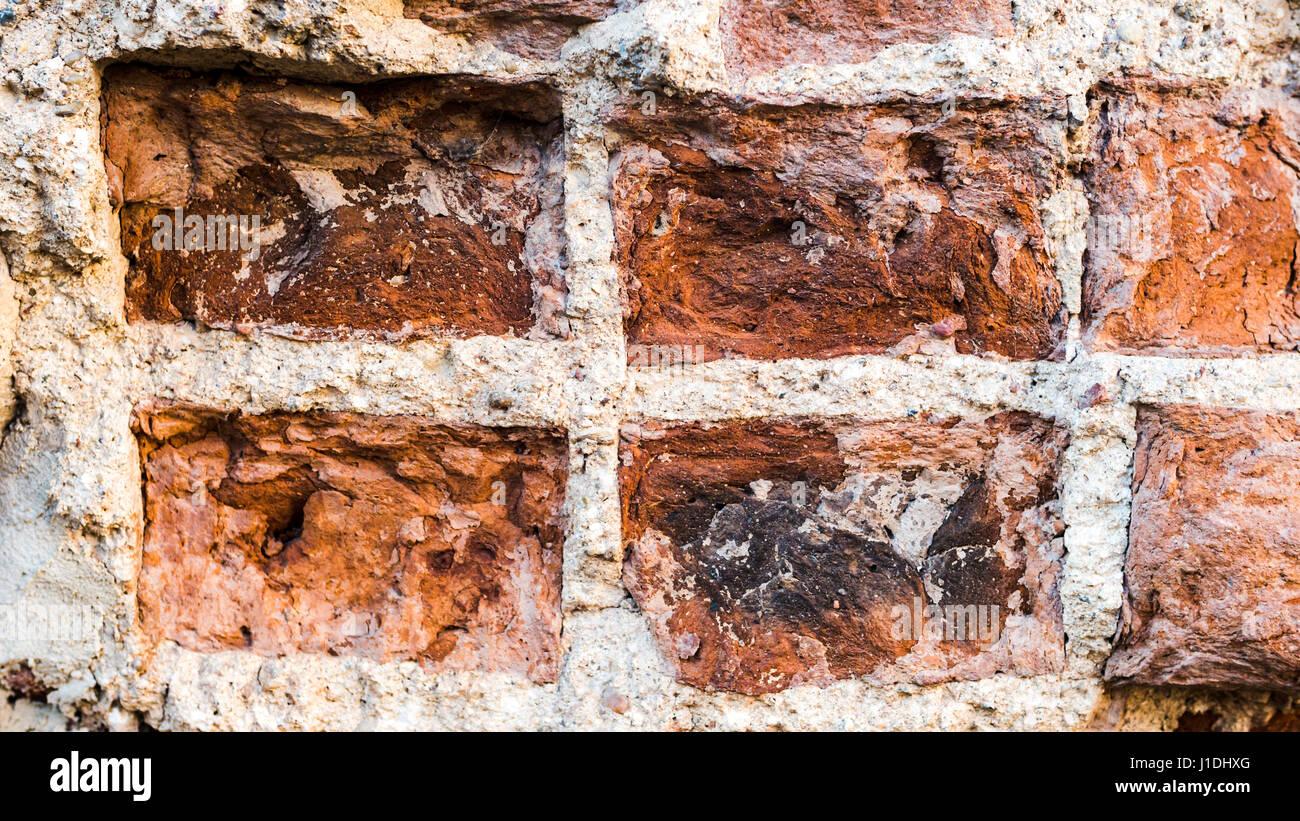 Alte Vintage Distressed rotem Backstein vertikale Wandbeschaffenheit. Schäbige braun - roten Brickwall städtischen Stockfoto