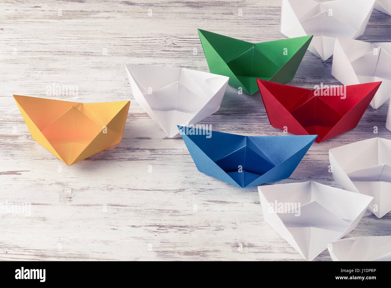 Führung Geschäftskonzept mit weiß und farbig Papierschiffchen auf Stockbild