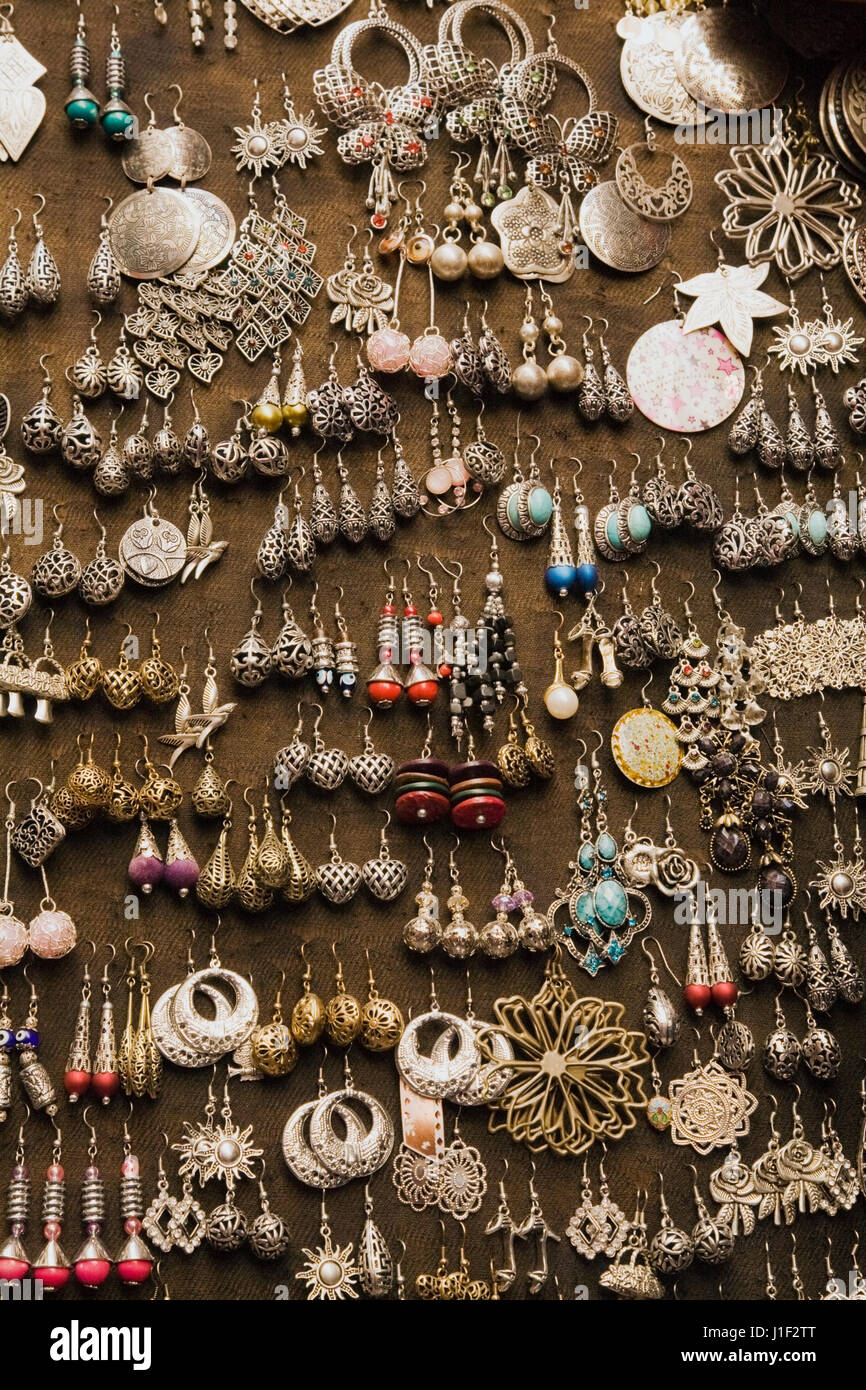 sehr bequem neue Produkte für geschickte Herstellung Ohrringe zum Verkauf an einen arabischen Souk in Granada ...
