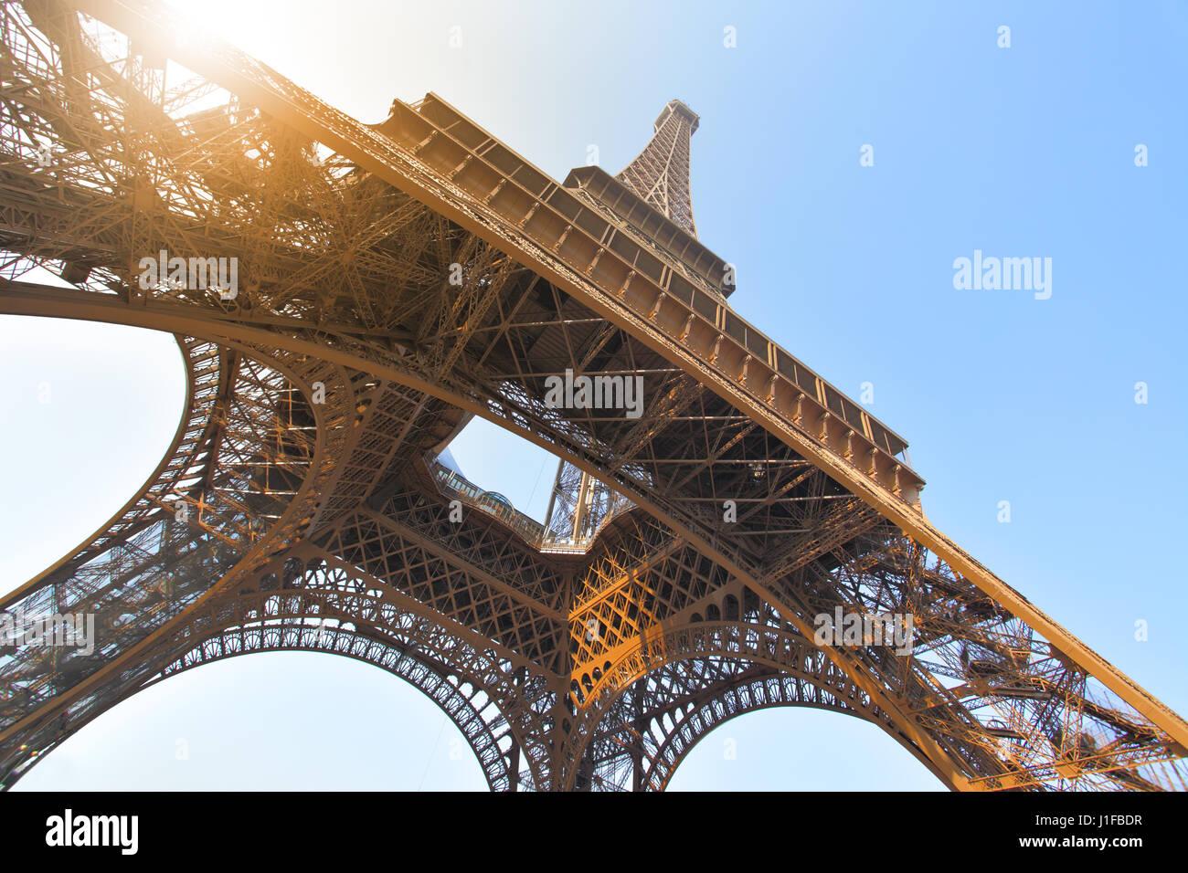 Winkel-Schuss auf den Eiffelturm in Paris, Frankreich Stockbild
