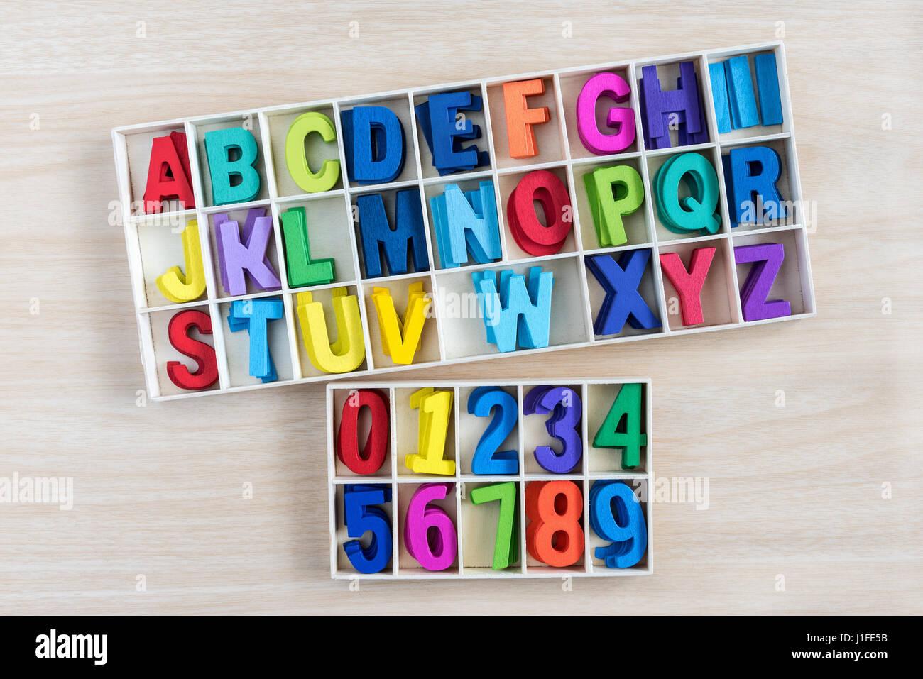 Bunte Buchstaben und Zahl in einer Holzkiste mit quadratischen ...