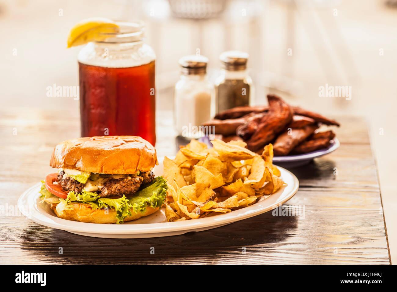 Hamburger, Pommes Frites und Eis Tee Stockbild