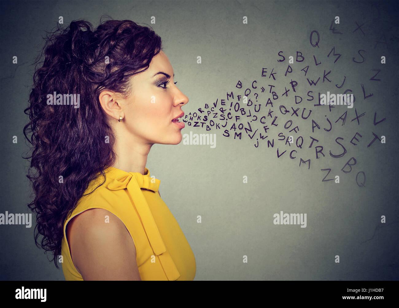 Frau im Gespräch mit Alphabet Buchstaben kommen aus ihrem Mund. Kommunikation, Information, Intelligenz-Konzept Stockbild