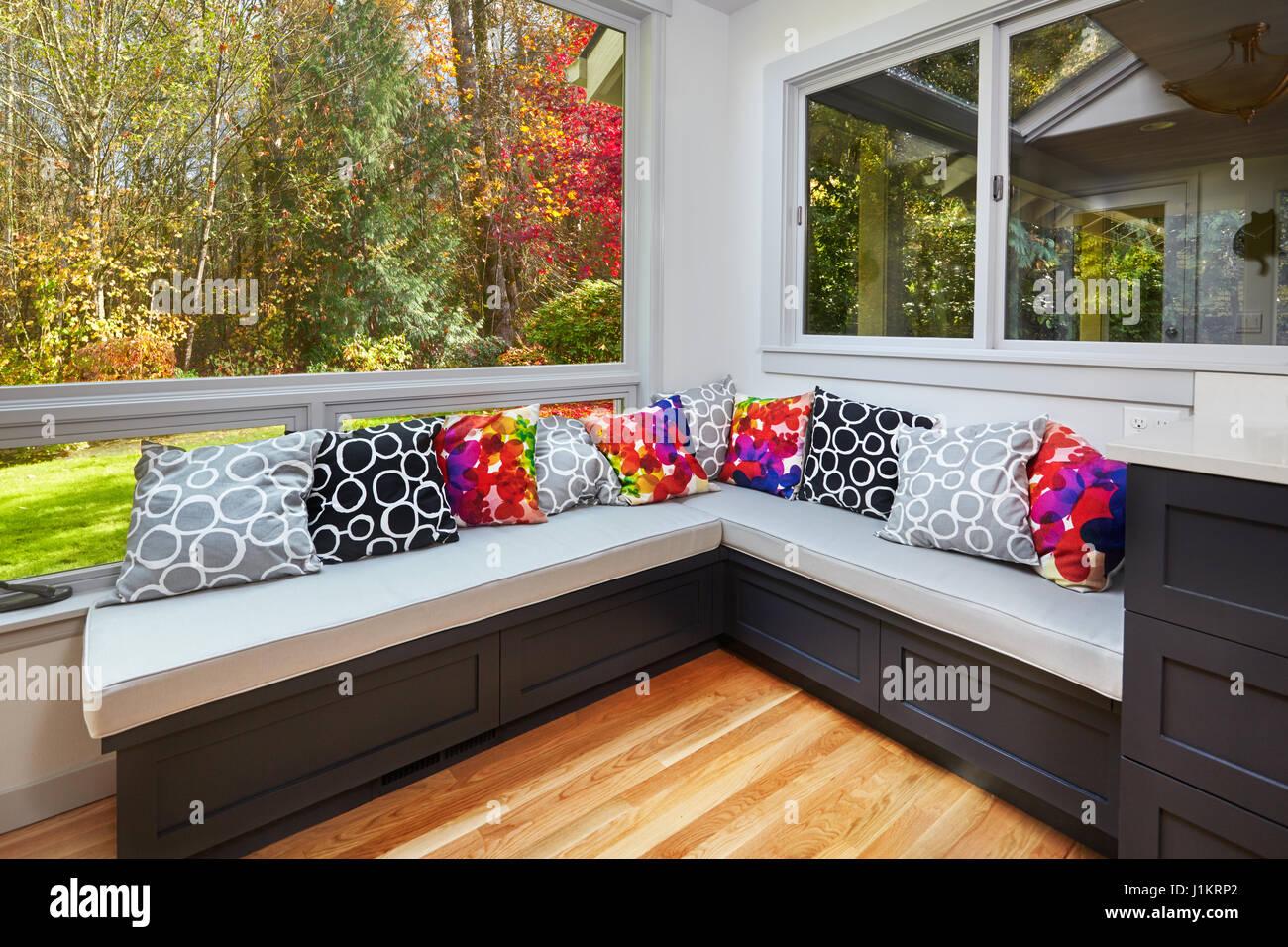 Sonnigen Herbst-Blick vom umgebauten Küche Fenster Sitzbänke ...
