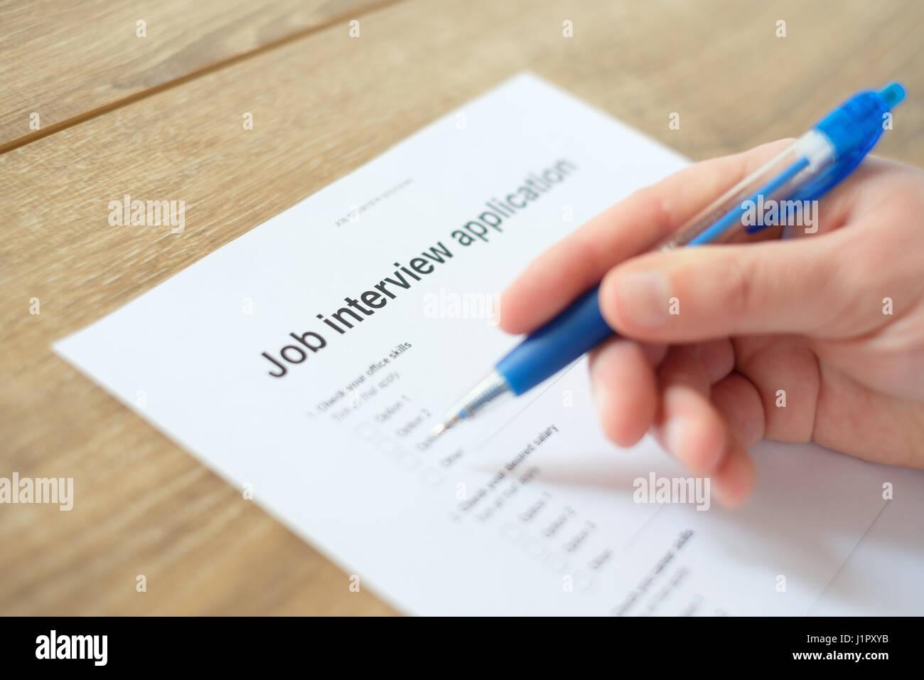Mann, die Beantwortung Lebenslauf Bewerbung für Beschäftigung Stockbild