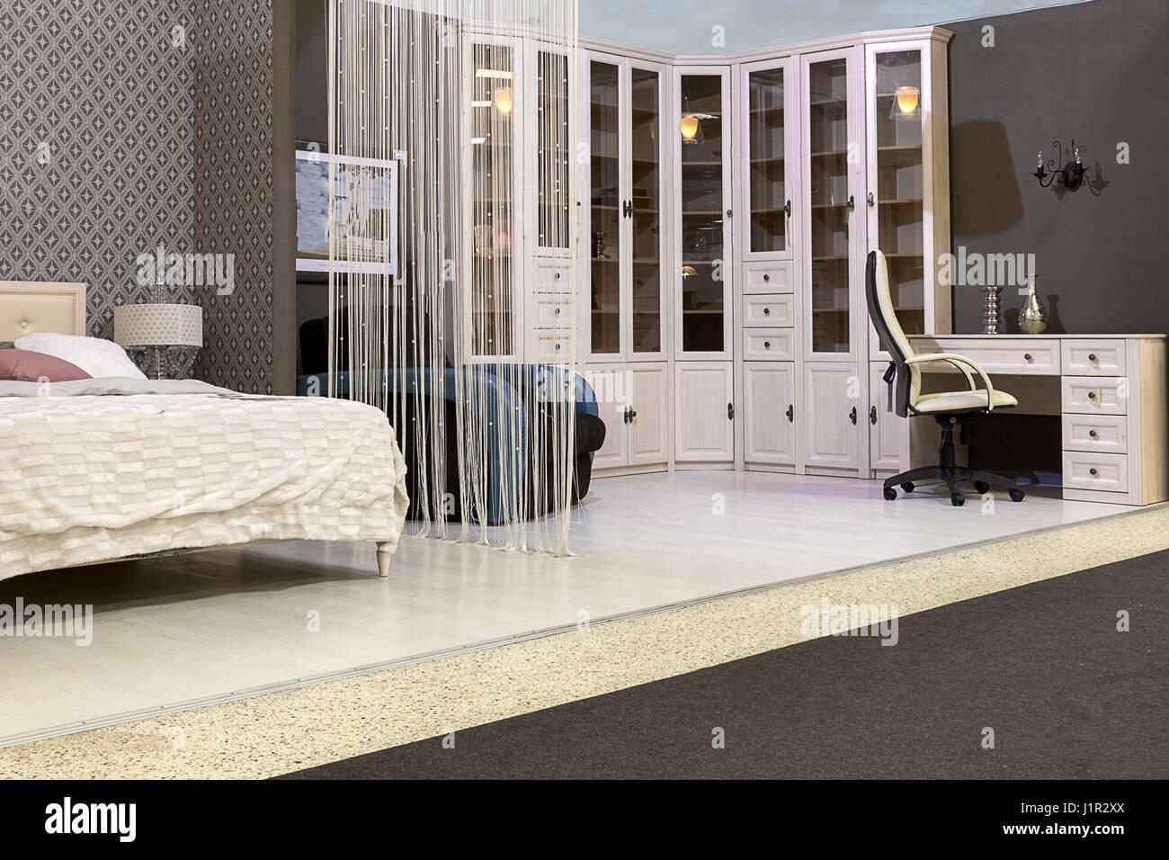 Schlafzimmer mit einem Bett, einem Kleiderschrank ...