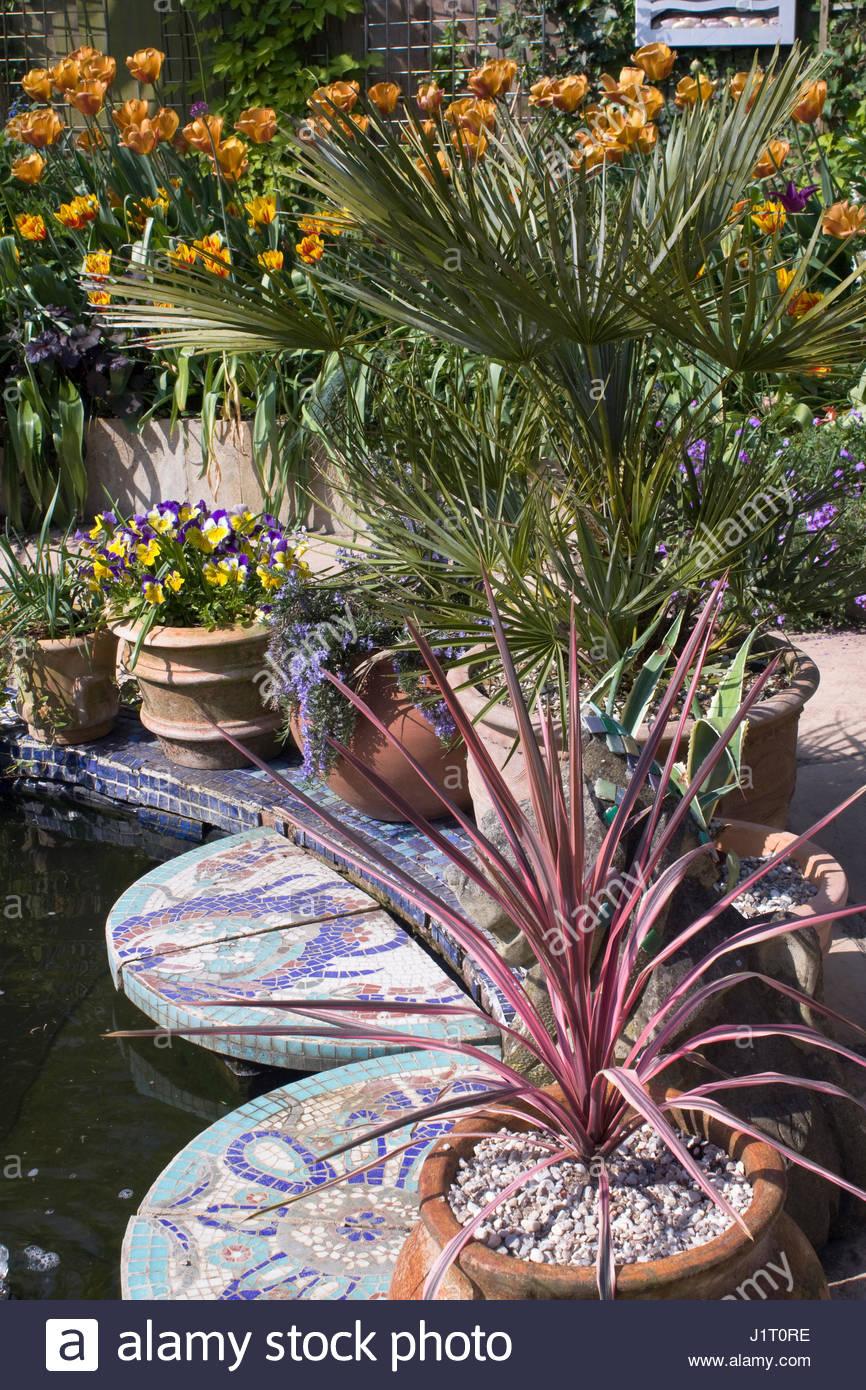 mediterraner stil garten, kleine mediterrane stil garten mit teich und mosaik fliesen, Design ideen