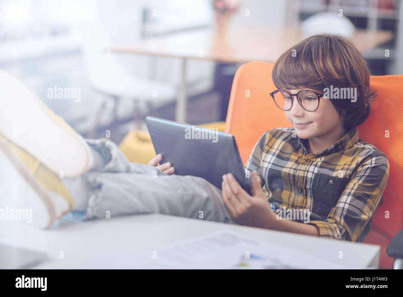 Junge mit digital-Tablette mit Füßen Stockfoto