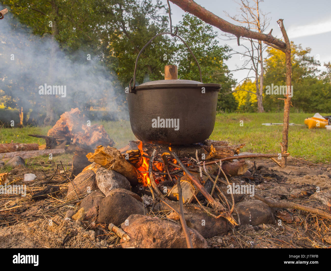 round campfire stockfotos round campfire bilder alamy. Black Bedroom Furniture Sets. Home Design Ideas