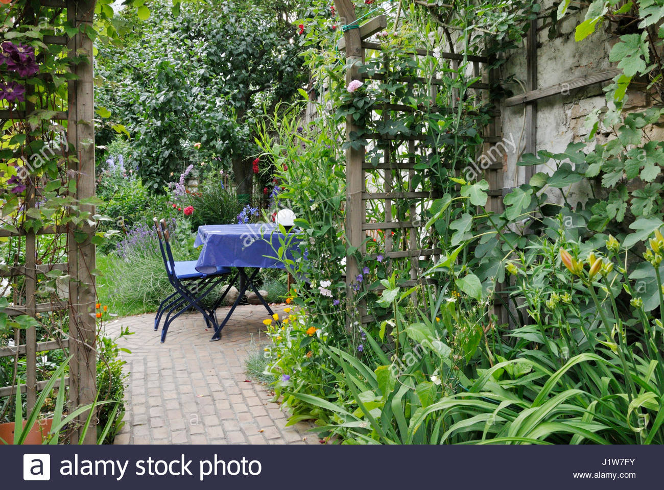 sitzecke in einem hinterhof garten design jutta unterwerk stockfoto bild 138852335 alamy. Black Bedroom Furniture Sets. Home Design Ideas