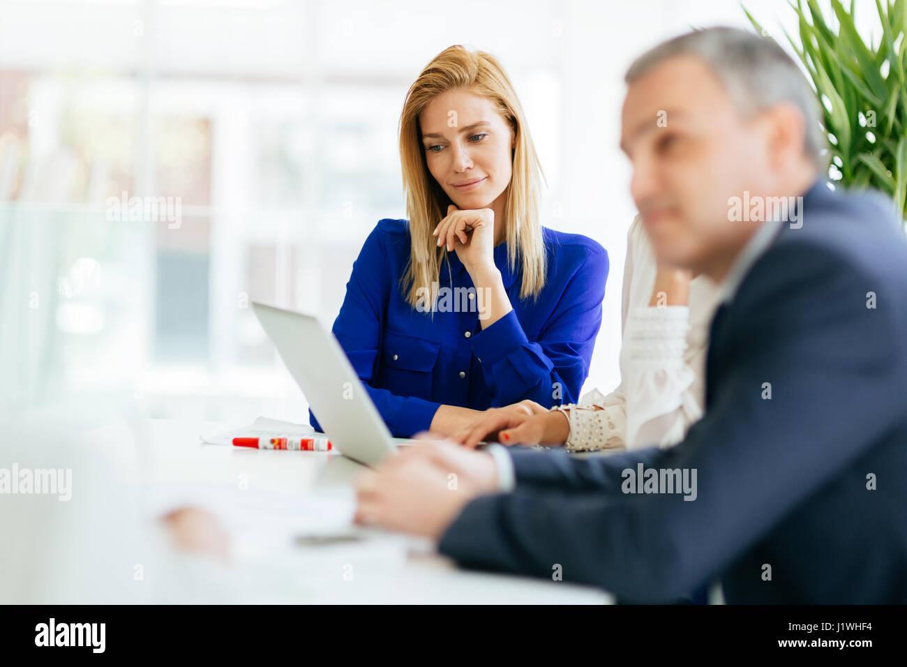 Geschäftsleute, die im Büro arbeiten und zusammenarbeiten Stockbild