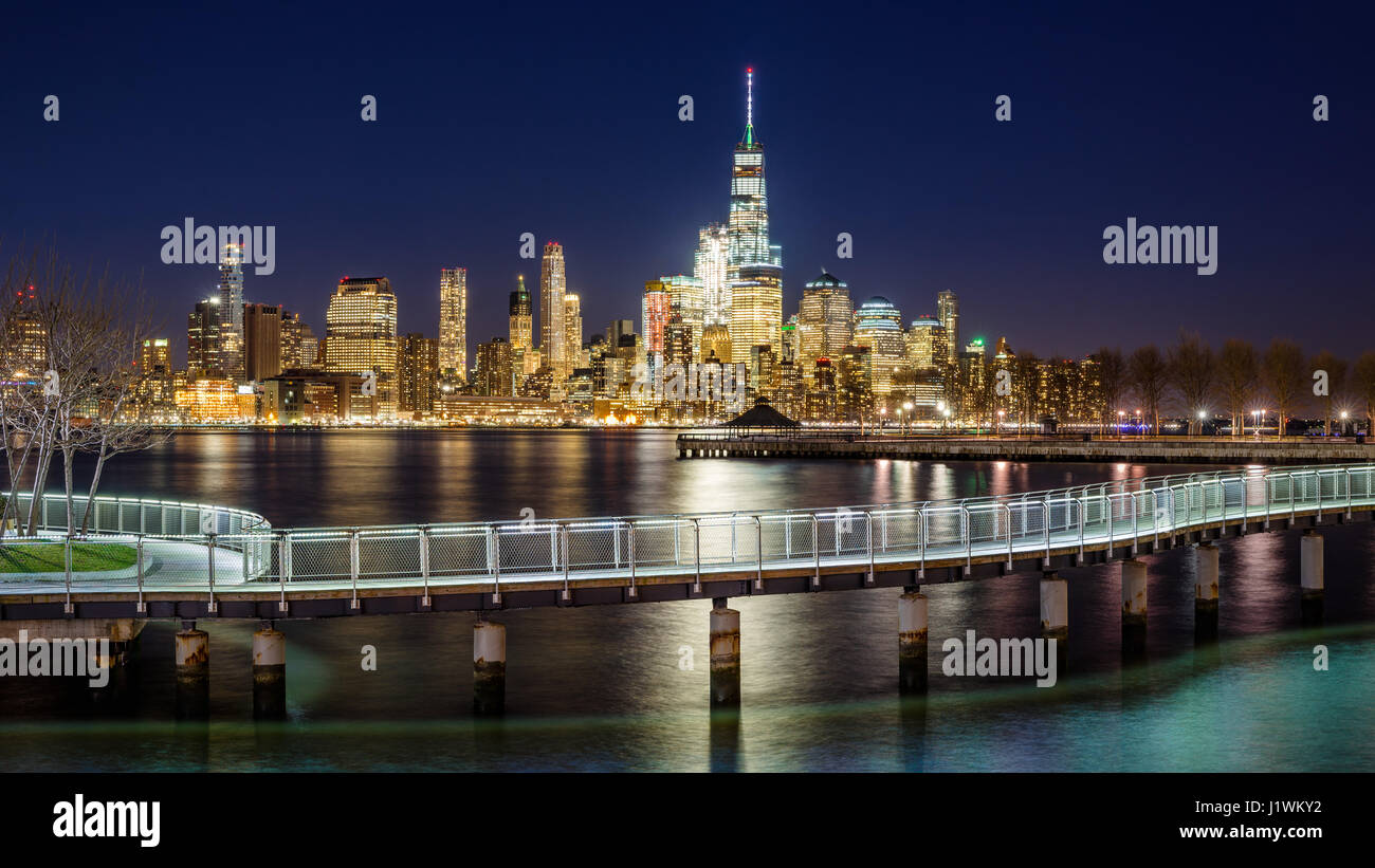 New York City-Financial District Wolkenkratzer und Hudson River von Hoboken Strandpromenade Abend. Lower Manhattan Stockbild