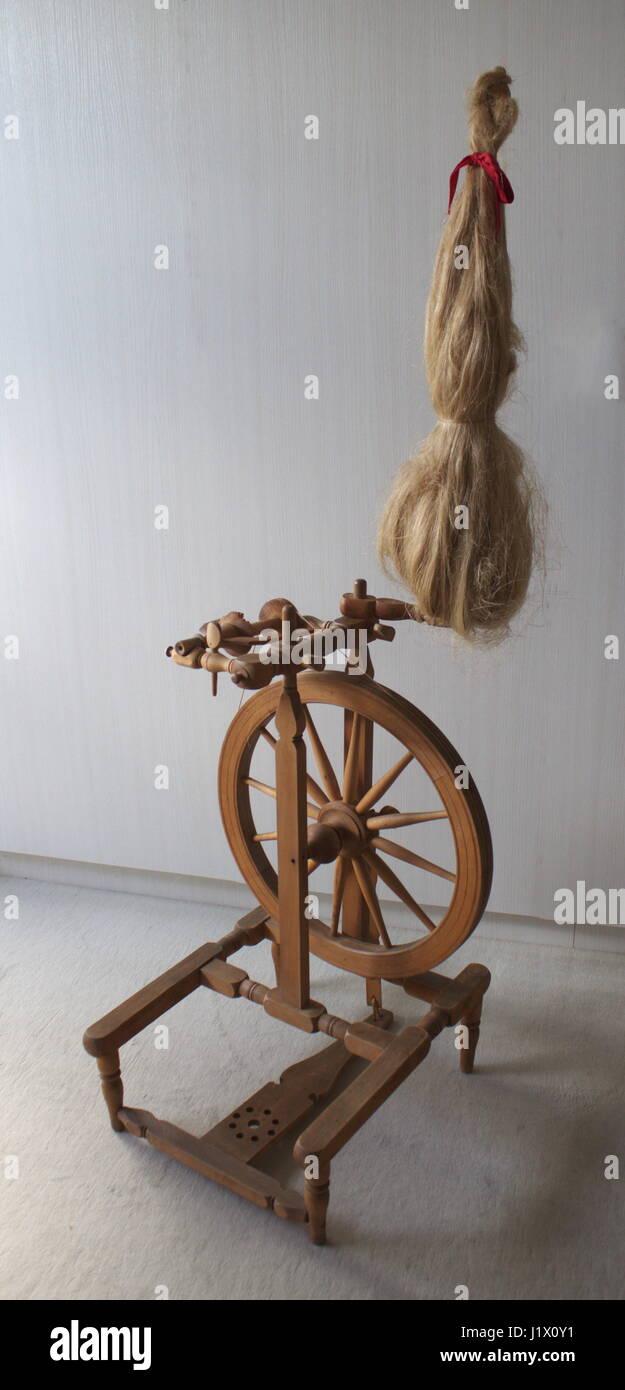 Altes Spinnrad Mit Flachs aus Dem Frühen 20.Jahrhundert;  Vintage Spinnrad mit Flachs (frühes 20. Jahrhundert) Stockfoto