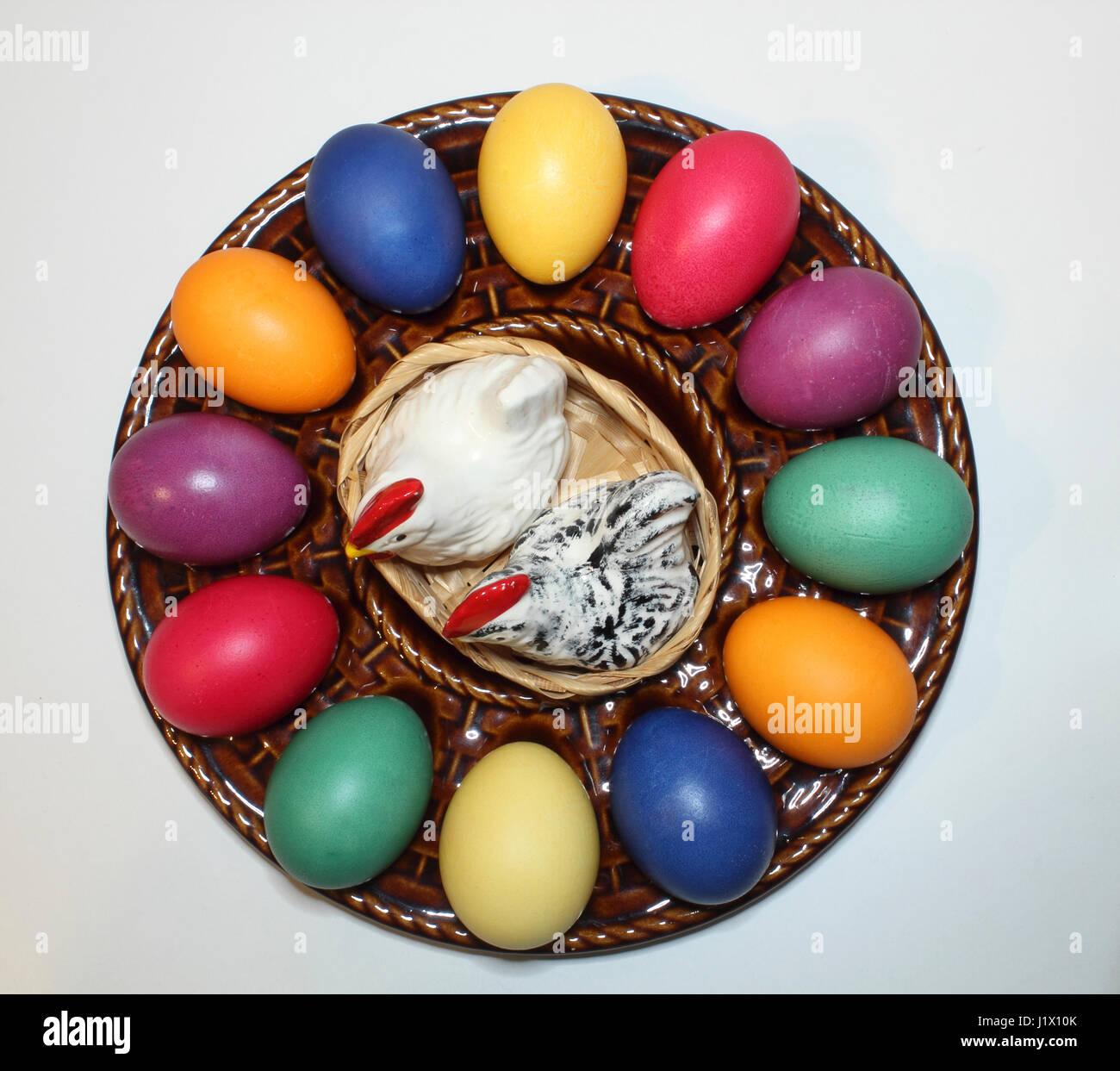 Bunte Ostereier In Einem Keramik Teller Mit Porzellanhuhnern Als