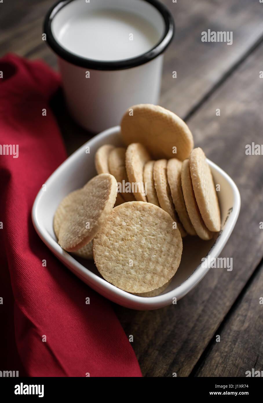 Bio, Gluten freie Zuckergebäck mit Milch auf den Tisch Stockbild