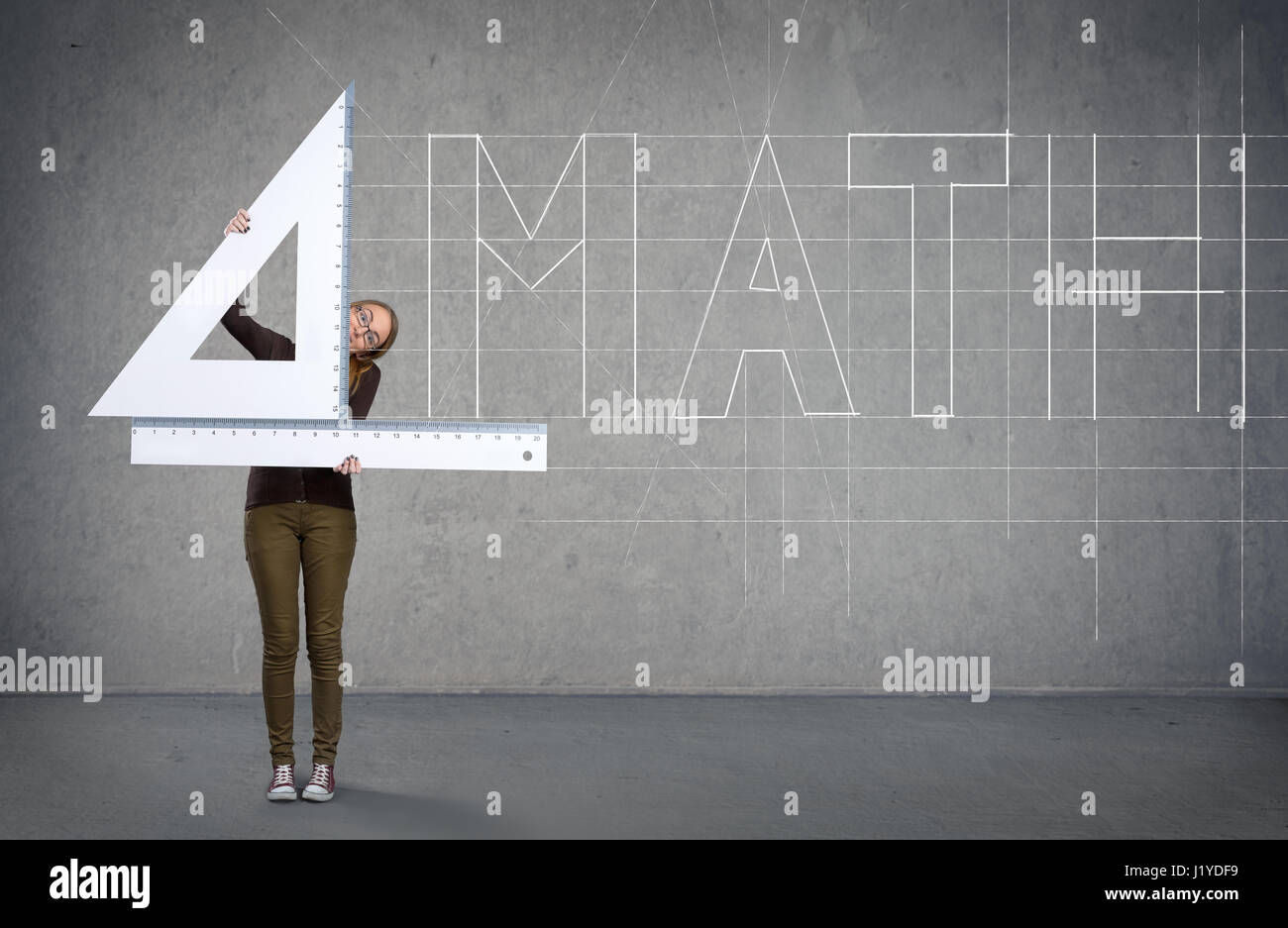 Lustige Schulmädchen mit großen Herrscher, Mathematik-Konzept Stockbild