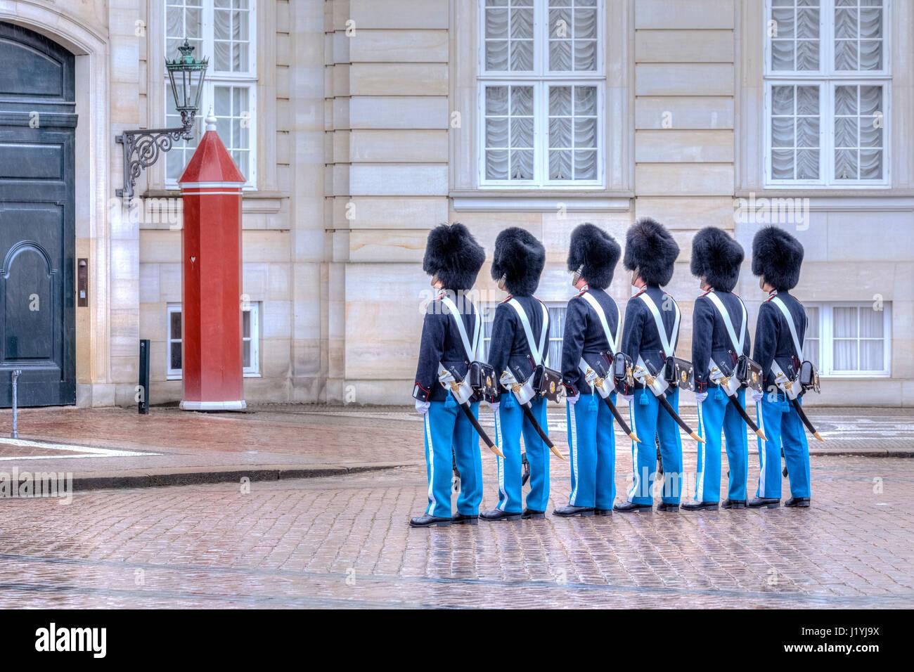 Wachablösung am Schloss Amalienborg in Kopenhagen, Dänemark, Skandinavien Stockbild