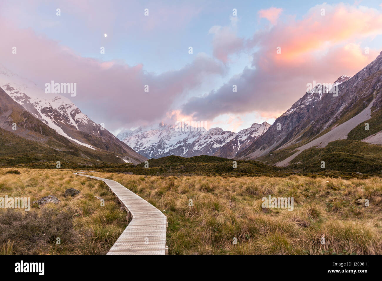 Sunrise, Trail durch Hooker Valley, hinten Mount Cook, Mount Cook Nationalpark, Südalpen, Canterbury Region Stockbild