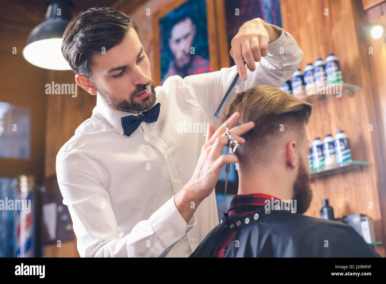 Junger Mann im Barber Shop Hair Care Service-Konzept Stockbild