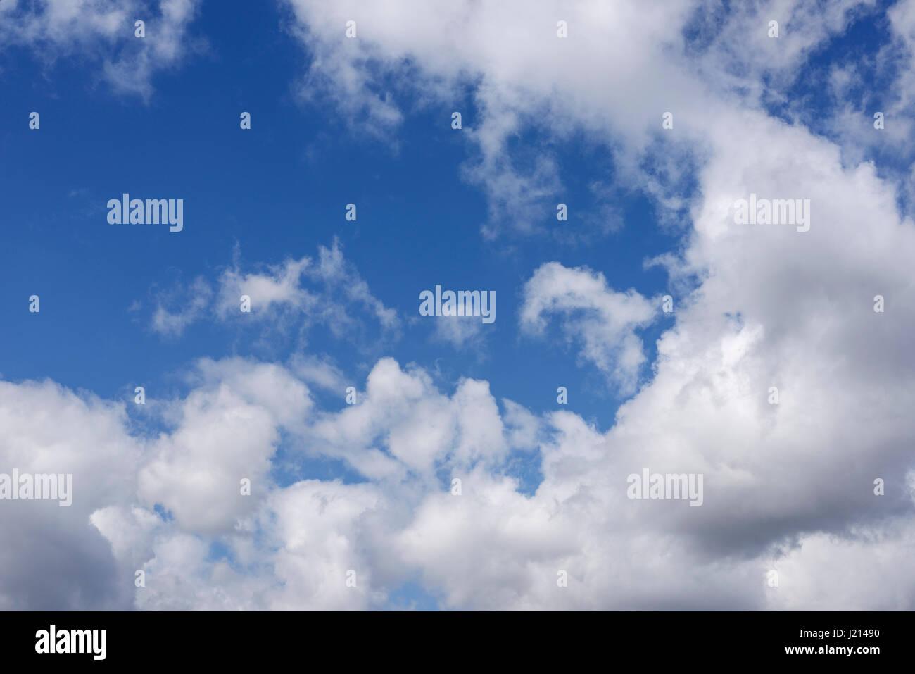 Sommer weiße Wolken vor blauem Himmel Stockbild