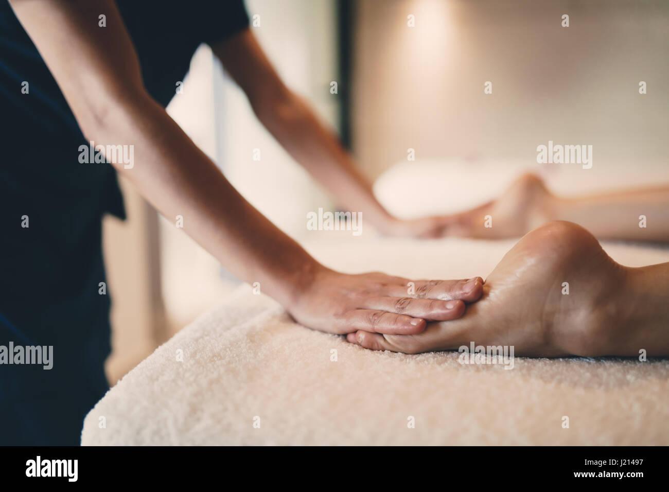 Fuß und Sohle Massage in therapeutische entspannen Behandlung im spa Stockbild