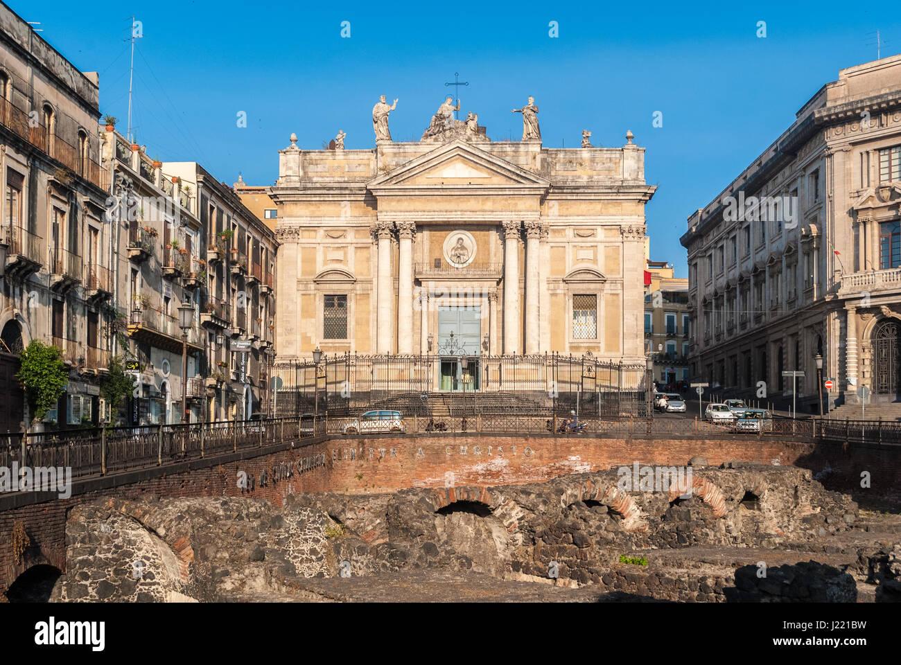 Die Kirche San Biagio, auch bekannt als Sant'Agata Alla Fornace in Catania; im Vordergrund ein Einblick in das Stockbild