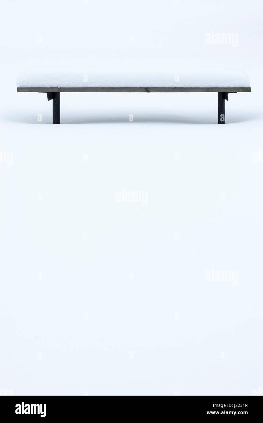 Hölzerne Parkbank bedeckt im Schnee, Winter, Einsamkeit, Stille, Meditation, heiter, niemand, Entspannung, Stockbild