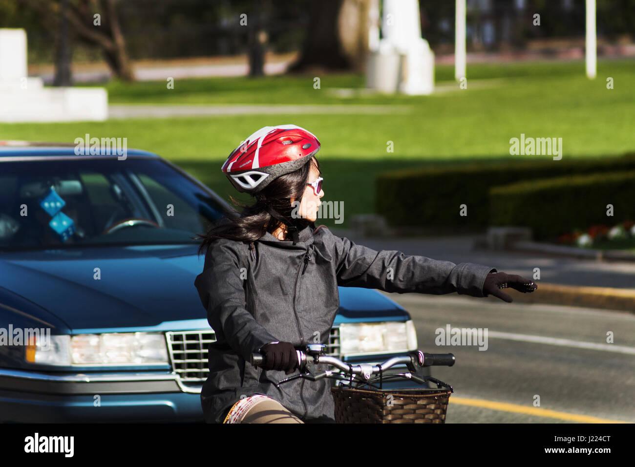 Frau Auf Fahrrad Machen Links Abbiegen Victoria Bc Kanada Stockfoto