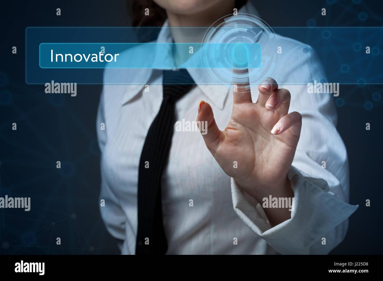 Business, Technologie, Internet und Networking-Konzept. Business-Frau drückt eine Taste auf dem virtuellen Stockbild