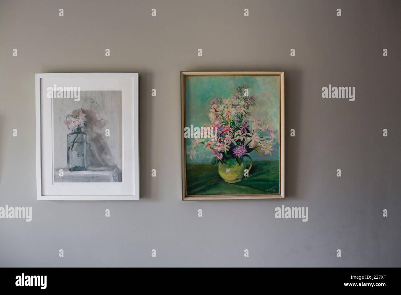 Zwei gerahmte Gemälde eine Vase mit Blumen hangin auf einer Wand in ...