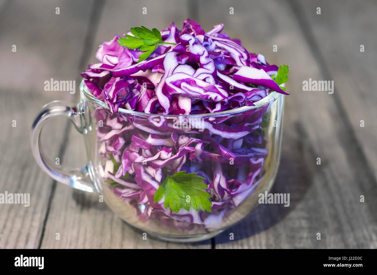 Salat mit Rotkohl. Hölzerne Hintergrund, selektiven Fokus Stockbild