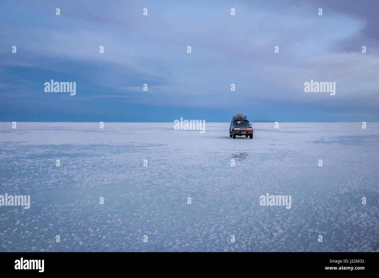 Off-Road-Fahrzeug bei Sonnenaufgang im Salar de Uyuni Salz flach - Abteilung Potosi, Bolivien Stockbild