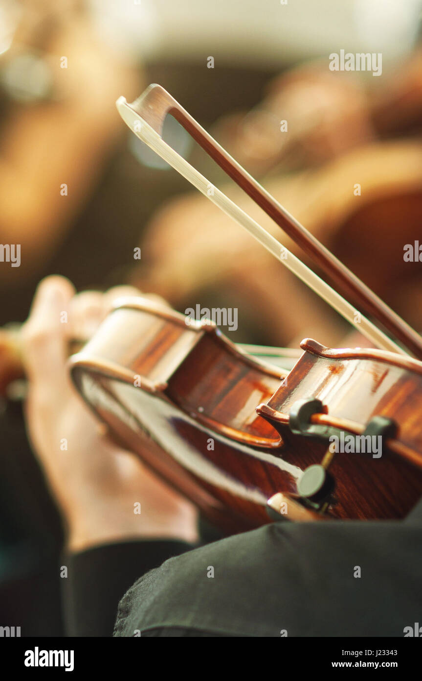 Klassik-Orchester spielt Geige auf einem Konzert, unkenntlich Musiker mit Saiteninstrument, selektiven Fokus Stockbild