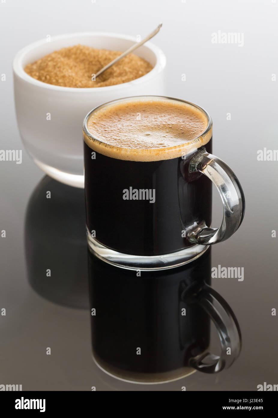 Schwarzer Espresso / Espresso Kaffee in kleinen Glas Tasse mit dem Zucker in die Schüssel weiß Stockbild