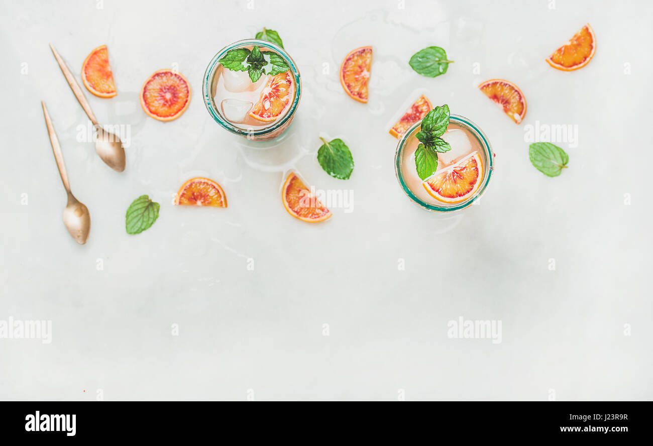 Hausgemachte Blut orange Limonade in Gläsern, Textfreiraum Stockbild