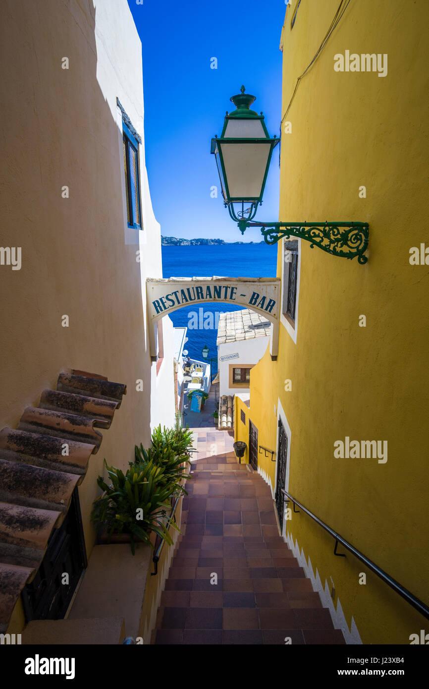 eine kleine treppe, die zu einem restaurant in der bucht stockfoto